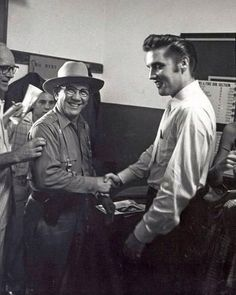 Elvis gives interviews with several local radio stations and the press - Tampa, FL 1956 Elvis Presley, Rock And Roll, Young Elvis, King Of The World, King Of Music, George Vi, Rare Pictures, Forever Love, Graceland