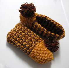 J'aime beaucoup ce motif, il ne comporte que deux rangs et il est très facile à mémoriser ! En glissant des mailles, j'ai obtenu un effet de côtes sans avoir à tricoter à l'envers… Owl Hat, Knitted Slippers, Keep Warm, Childhood Memories, Hand Knitting, Free Pattern, Crime, Crochet Patterns, Diy Crafts