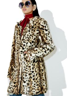 Wild Ones Leopard Coat cuz there's no taming yew, bb. This gorgeous, faux fur coat features a plush leopard print all over, tailored panels fer the perfect fit, a notched collar, and cozy pockets in the front.