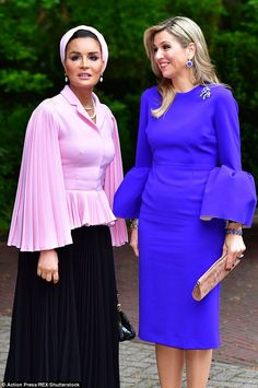 Queen Maxima of the Netherlands embraced Sheikha Mozah in The Hague as the two women, in very different but equally striking outfits, attended a law seminar in The Hague. Royal Fashion, Look Fashion, Hijab Fashion, Fashion Beauty, Fashion Dresses, Womens Fashion, Crepe Dress, Lace Dress, Princesa Kate Middleton