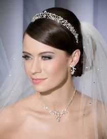 Bel Aire Bridal Veils - One Tier Cathedral Cut Edge - Scattered Rhinestones.Your favorite Bridal Acsessory & Wedding Veil Store. Flower Crown Hairstyle, Crown Hairstyles, Bride Hairstyles, Wedding Makeup Tips, Wedding Beauty, Bridal Beauty, Wedding Ideas, Perfect Wedding Dress, Wedding Looks