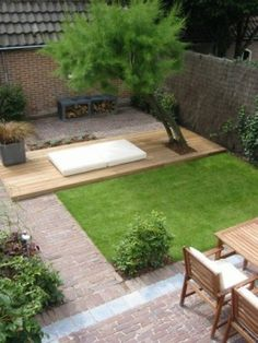 Leuk hoogteverschil van houten terras in de tuin