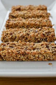 Müsliriegel – einfaches Basisrezept If you want to make your granola bars yourself from now on, this simple basic recipe is perfect for you. Depending on the ingredients, the bars can also be made vegan or gluten-free and are made really quickly. Healthy Sweets, Healthy Dessert Recipes, Healthy Chicken Recipes, Vegan Recipes, Desserts, Healthy Lunches, Eating Healthy, Easy Cookie Recipes, Cake Recipes