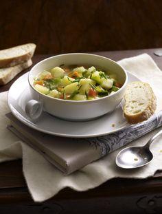 Unser beliebtes Rezept für Deftige Kartoffelsuppe mit Suppengrün und Majoranschmand und mehr als 55.000 weitere kostenlose Rezepte auf LECKER.de.