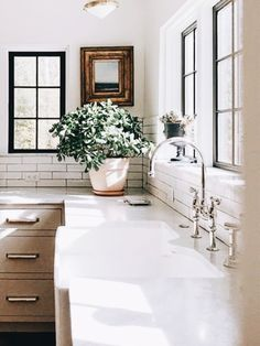 5 Controversial Home Upgrades That Nobody Actually Ever Uses - Adjourna Layout Design, Kitchen Decor, Kitchen Design, Cocinas Kitchen, Decor Inspiration, Kitchen Inspiration, Farmhouse Side Table, Home Upgrades, Home And Deco