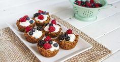 Sobre una crujiente base de granola, siente la cremosa textura del yogur y la frescura de las frutas.