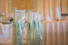 Az amerikai székek önmagukban is megállják a helyüket, de könnyen és látványosan lehet őket egy masnival az esküvőtök színeire hangolni.