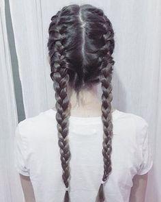 Durma com o cabelo com tranças francesas. | 21 dicas e truques para quem tem cabelo grosso