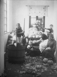 Készülődés káposztasavanyításhoz, 1900-as évek eleje.
