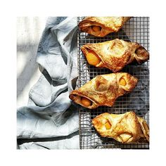 wer will eins? #marille #maracuja #plunder #gebäck #bäckerei #sorger #sorgerbrot #frischausdemofen #lecker #delicious #view #gourmet #foodporn #food #foodlover #foodphotography #foodphoto #foodphotography #foodstyling #foodblog #igersgraz #igersaustria #steiermark #küche #backen #bakery #warm #dessertfirst Food Styling, Food Porn, Snack Recipes, Snacks, Chips, Fish, Gourmet, Bakken, Snack Mix Recipes
