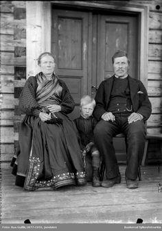 Gunleik O. Odden sønnen Olav Foto ca 1897 Folk Costume, Costumes, Finger Weaving, Black N White, Wild West, My Eyes, Norway, People, Inspiration