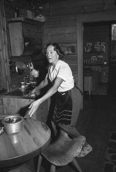 Eva Ryynänen (o.s. Åsenbrygg 1915 - 2001) oli suomalainen kuvanveistäjä. Hän käytti materiaalinaan erityisesti puuta. Ryynänen kävi Suomen taideakatemian koulun 1934-1939. Taiteilijan debyyttinäyttely oli 1940. Hän on tehnyt yli 500 veistosta, joista 50 on ulkomailla.