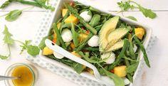 Deze salade met groene asperges en mango brengt de zomer op je bord! Gevuld met mozzarella en avocado is dit een fijne lunch of bijgerecht bij een bbq.