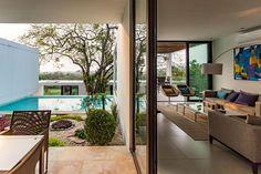 Tolóajtóval egybenyitott terasz és nappali - erkély / terasz ötletek, modern stílusban