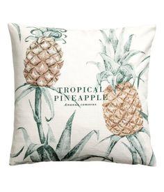 Vit/Ananas. Ett kuddfodral i slubvävd bomullskvalitet med tryckt mönster. Dold dragkedja.