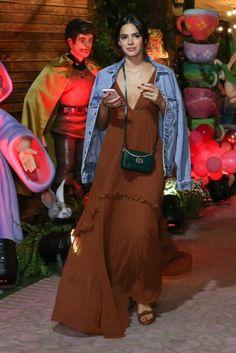 Mostrando os cabelos ainda mais curtinhos, ela combinou um vestido longo marrom, com decote generoso, rasterinha, bolsa grifada transpassada e uma jaqueta jeans. Basic Outfits, Urban Outfits, Summer Outfits, Party Fashion, Fashion Outfits, Minimalist Fashion Summer, Alook, Teen Girl Outfits, Vogue Fashion