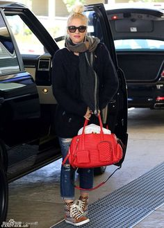 Who made Gwen Stefani's red handbag, blue ripped jeans, brown print sneakers, plaid scarf, and black sunglasses? Gwen And Blake, Gwen Stefani And Blake, Gwen Stefani Style, Kingston, Weekender, Blue Ripped Jeans, Denim Jeans, Black Sunglasses, Quay Sunglasses
