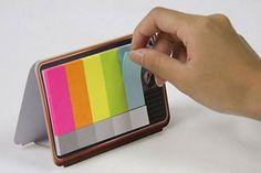 Un mini televisor con memos fluo para marcar tus escritos y documentos. Un detalle algo retro para no olvidar. Foto:thefancy.com