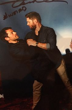 Misha and Jensen photo op Destiel Supernatural, Supernatural Series, Supernatural Convention, Dean And Castiel, Supernatural Playlist, Supernatural Fanfiction, Jensen Ackles, Jensen And Misha, Misha Collins