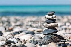 Zen fond de m ditation pierres quilibr e empilent fermer sur la plage de la mer…