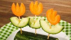 Gesunde Snacks in Blümchenform schmecken doch gleich noch besser. Dazu Gurken und ...