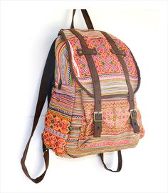 handgefertigter Rucksack aus festem, buntem besticktem Vintagestoff (Baumwolle) - verstellbare Verlours-Träger / Seitentaschen, Innen separates Vorder