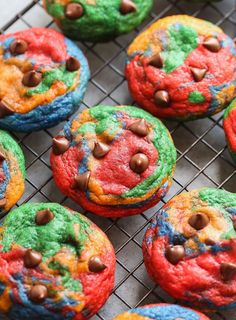 Rainbow Chocolate Chip Cookies are chewy, colorful and totally festive! These cookies are completely unnecessary and totally unnecessary at the exact same time. I mean they're a thick, chewy, chocolat Delicious Vegan Recipes, Delicious Desserts, Tasty, Köstliche Desserts, Dessert Recipes, Healthy Desserts, Dinner Recipes, Chocolate Chip Cookies, Chocolate Chips