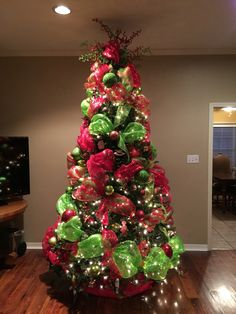 60 Red and Green Christmas Decorations Because Delightful Traditions are a Definitive Sophistication - Hike n Dip Christmas Tree Inspiration, Beautiful Christmas Trees, Small Christmas Trees, Whimsical Christmas, Decorated Christmas Trees, Grinch Christmas Tree, Grinch Christmas Decorations, Green Christmas, Christmas Colors