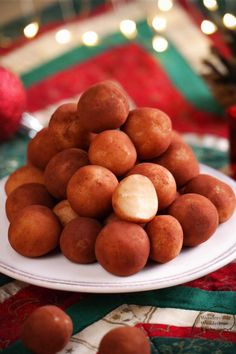 Selbstgemachte Marzipankartoffeln aus nur 4 Zutaten: Marzipanrohmasse, Puderzucker, Schnaps (Kirschwasser, Rum oder Amaretto) und Kakao. Für alle Nicht-Bäcker, denn der Backofen bleibt bei diesem Weihnachtsrezept kalt. Ihr müsst nur kneten, formen und rollen. Geht also schnell und einfach, perfekt auch als Last-Minute-Geschenkidee zu Weihnachten!