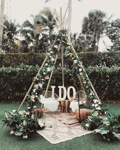 Love this gorgeous little seating area for a boho wedding or boho bridal shower. Would also work great for a greenery wedding theme. Boho Wedding Hair, Dream Wedding, Summer Wedding, Bohemian Wedding Theme, Bohemian Chic Weddings, Wedding Set Up, Wedding Jewelry, Bodas Boho Chic