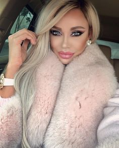 A Bimbo Training Academy face. Woman In Car, Living Dolls, Fur Fashion, Fur Collars, Fur Trim, Pretty Little, Outfit Of The Day, Blonde Hair, Makeup Looks