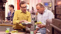 Irmão lê um texto na Bíblia para um colega de trabalho na hora do almoço