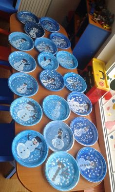 Snow Globes Need: Small paper plates, Clear plastic cups, Tissue paper or equivalent for filling, Snowman or equivalent cut out for - Salvabrani Diy Christmas Activities, Christmas Art For Kids, Preschool Christmas, Christmas Crafts For Kids, Xmas Crafts, Preschool Crafts, Christmas Diy, Paper Plate Crafts, Paper Plates
