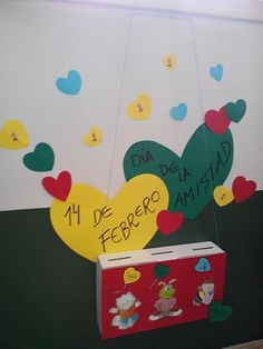 Mural de la amistad. Buzon infantil en donde los niños introducen la carta a un amigo invisible. Materiales: caja de carton con separadores en su interior, cartulinas, gomets, rotuladores y fotocopias de las mascotas infantiles. Organizar todo al gusto.