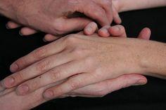 Узкие ладони, длинные пальцы. По-умному — арахнодактилия. Ох и непросто же найти не слишком-то натуралистичные снимки состояний, обычно связанных с синдромом Марфана, к примеру, или Элерса-Данлоса.