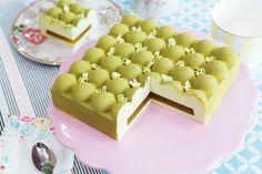 Tarta fría de manzana verde en stand para tartas rosa, de Ib Laursen En este vídeo os mostraré cómo hacer una tarta fría de manzana verde con un relleno de manzana confitada. Ya veréis que es una elaboración muy fácil, pero gracias al molde de silicona y al acabado del spray efecto terciopelo, tendremos una tarta digna del expositor de una pastelería. En la receta utilizo pasta de manzana verde para darle color y sabor a la mousse, pero podéis cambiarla por otra pasta de otro sabor para…
