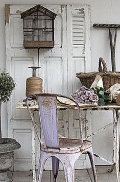 shabby vignette with bird cage Shabby Chic Mode, Style Shabby Chic, Shabby Chic Decor, Rustic Decor, Cottage Chic, Cottage Style, Shabby Chic Furniture, Rustic Furniture, Furniture Plans