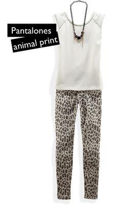 Una blusa de corte sencillo equilibra la intensidad de unos pantalones animal print. Complementa el outfit con un clutch colorido que contraste con unos zapatos nude.