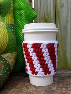 Easy Crochet Patterns Free Easy Crochet Patterns for Christmas Themed Cup Cozy - Gift Some Lovely Christmas Themed Cup Cozy and Mug Cozy to all, this festive season. Have a look at these amazing Free Easy Crochet Patterns. Crochet Christmas Cozy, Crochet Coffee Cozy, Crochet Cozy, Christmas Crochet Patterns, Crochet Crafts, Crochet Ideas, Coffee Cup Cozy, Coffee Girl, Cozy Christmas
