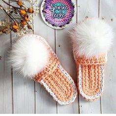 Videotutoriales – Pantunflas – Zapatillas – Trapillo – Crochet XXL – Comando Craft Crochet Sandals, Crochet Shoes, Crochet Slippers, Cute Crochet, Crotchet, Knitting Patterns, Crochet Patterns, Crochet Slipper Pattern, Crochet Accessories