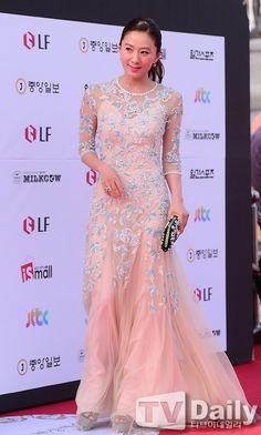 Kim Hee Ae at the Baeksang Arts Awards Long Gown Dress, Long Gowns, Celebrity Dresses, Celebrity Style, Google Tv, Korean Wave, Airport Fashion, Korean Actresses, Korean Celebrities