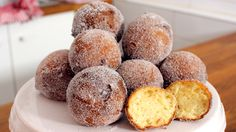Kochvideo zum einfach nachkochen: Die zuckrig süßen Quarkbällchen machen sich besonders gut auf einer großen Kaffeetafel. Aber auch für ein Picknick in den