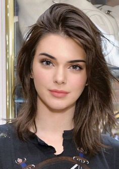 Cute Shoulder Length Haircuts for Women in 2019 Shoulder length haircut is stylish and practical. If you have very long hair and you want to change your appearance but are not ready to cut your hair short, shoulder length is the right choice to … Kendall Jenner Outfits, Kendall Jenner Make Up, Kendall Jenner Haircut, Kendall Jenner Modeling, Kendal Jenner Hair, Kendall Jenner Young, Kendall Jenner Hairstyles, Kylie Jenner Face, Cute Shoulder Length Haircuts
