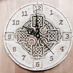 Horloge en céramique à la main, rond design croix celtique.