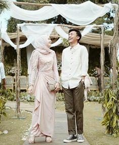 New Wedding Photography Ideas Bridesmaids Blushes 41 Ideas Hijab Prom Dress, Hijab Gown, Kebaya Hijab, Muslimah Wedding Dress, Hijab Style Dress, Kebaya Dress, Kebaya Muslim, Muslim Wedding Dresses, Kebaya Modern Hijab