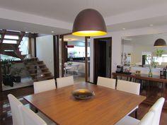 Sala De jantar com integração da cozinha através de portas de correr, projeto elaborado pela Ana Donadio