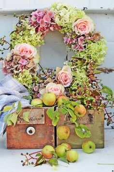Hydrangea and rose wreath Fall Wreaths, Door Wreaths, Floral Wreaths, Corona Floral, Vibeke Design, Bouquet, Deco Floral, Diy Wreath, Tulle Wreath