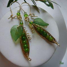 """Купить Серьги из латуни """"Спелый горошек"""" - горошек, украшения, латунь, зеленый, латунь, чешское стекло"""