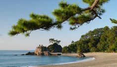 【Pinterestで新しい写真上げたよ♪】  高知県 四万十川の勝間沈下橋 緑の山々に青い四万十、そして沈下橋という風景は、もっとも四万十川らしい風景ですね!