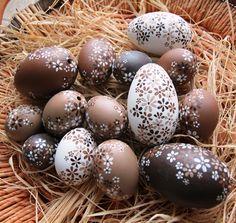 Kachní kraslice hnědo-bílo-béžové Ručně malované kachní kraslice z dílny Avadesign- cena je za 1 ks. Velikost - 7 cm.